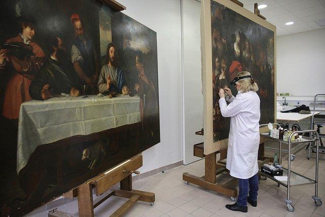 Restauration d'une oeuvre aux Archives départementales - Photo : N. Duprey