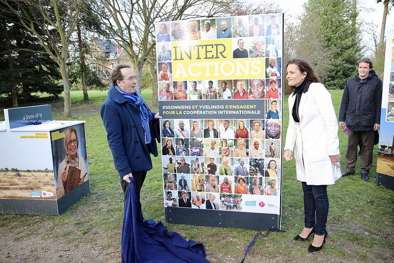 Pierre Bédier et Aurélie Gros dévoile le panneau principal de l'exposition InterActions.
