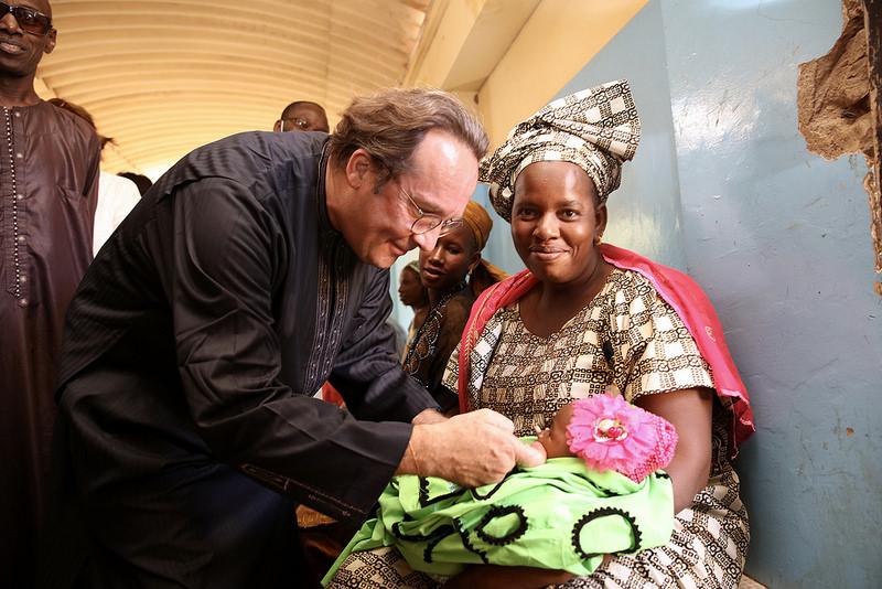 Pierre Bédier lors d'une visite de l'hôpital à Ourossogui (Sénégal) © CD78 / N.Duprey