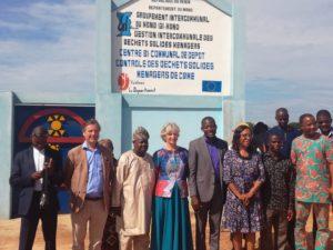 Dans le département de Mono(Benin) avec les autorités locales: visite d'un site de controle de déchets.