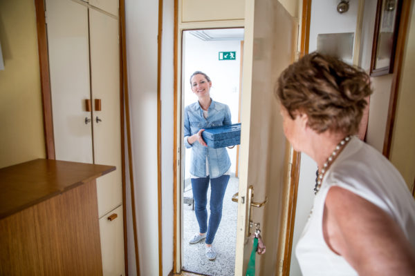 Le service de portage des repas à domicile fait partie des solutions proposées par le Département aux aînés isolés.