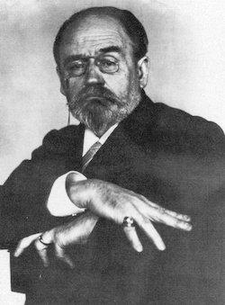 En mars 1898, Émile Zola est photographié par Nadar dans l'attitude qu'évoque la conclusion de « J'accuse…! » : « J'attends ». © Wikimédia
