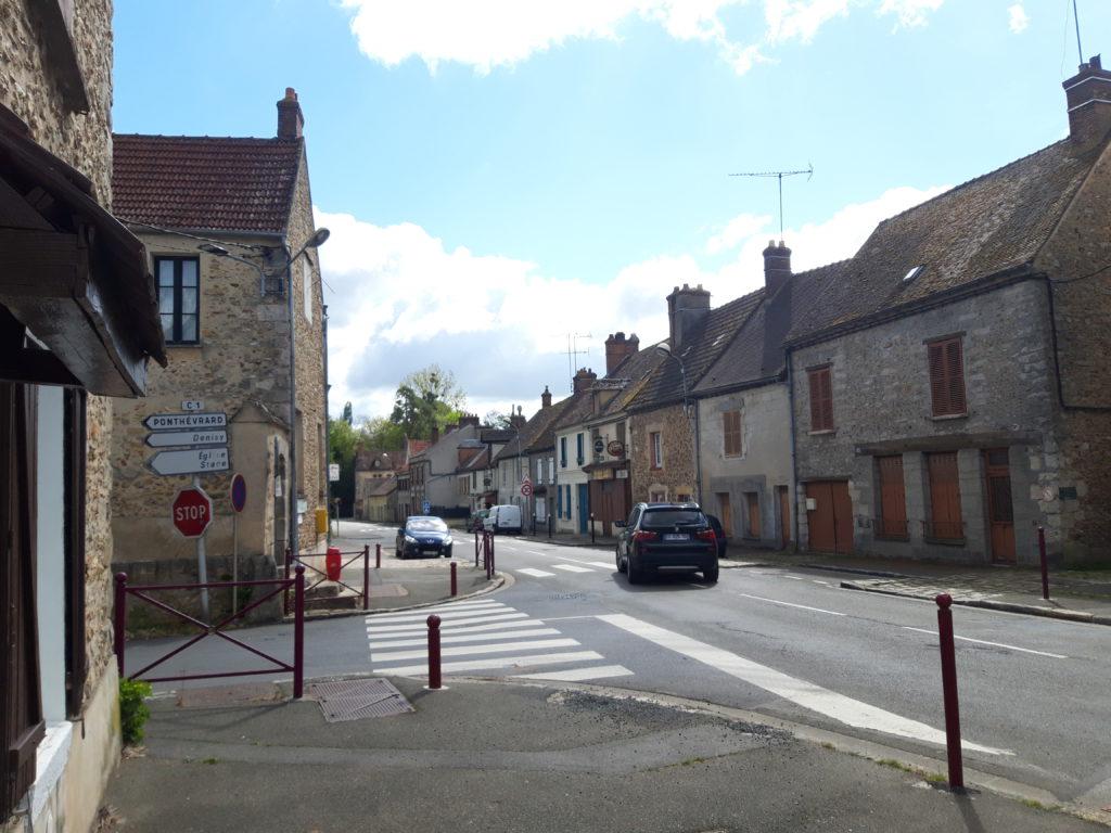La rue principal relie le Rambolitain avec la ville de Dourdan en Essonne. © CD78 / N.Théodet