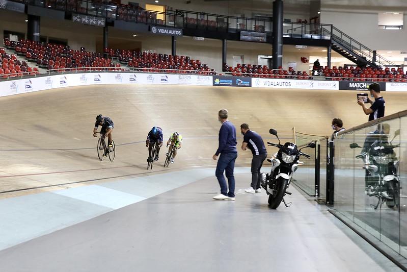 Sur la piste du Vélodrome National, Florian Grengbo se prépare aux Jeux. © CD78 / N.Duprey