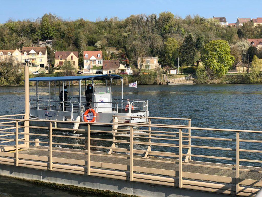Des traversées gratuites de la Seine à bord d'un bac sont à nouveau proposées au public. (Photo ville d'Aubergenville).