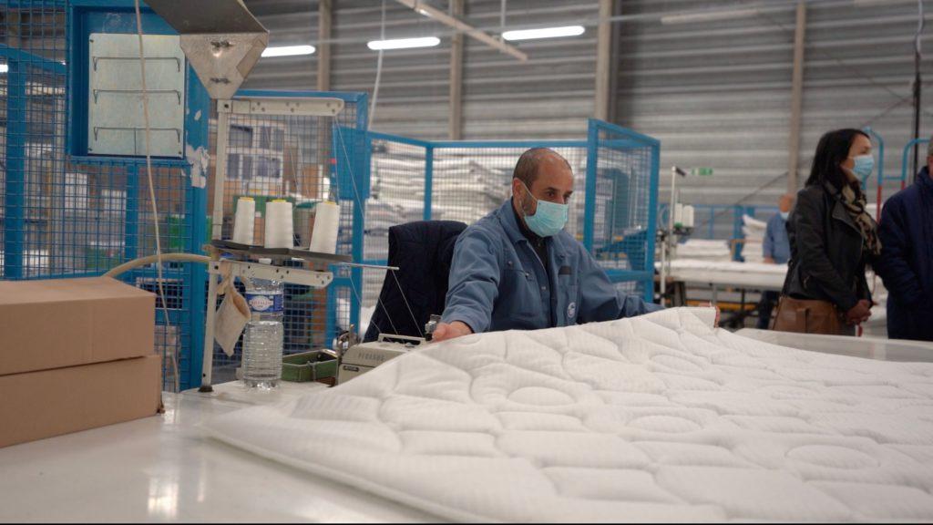 Pierre Bédier a s'est rendu dans l'atelier de production de matelas. CD78/Y.Fossey