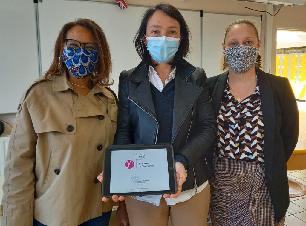 Cécile Dumoulin (au centre) s'est rendue au collège Jacques cartier pour la remise des tablettes numériques. CD78/Y.Fossey