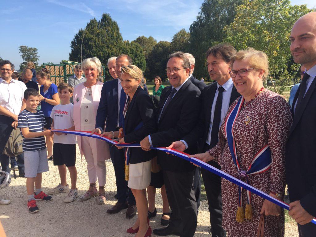 Caroline Doucerain, maire de la commune, inaugure le parc Yvon Le Coz avec Pierre Bédier, président du Département des Yvelines. © CD 78/ C.Bringuier.
